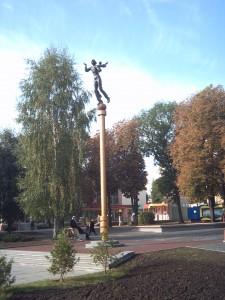 Kvinnofigur på piedestal