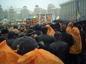 Folkmassa i orange regnplagg