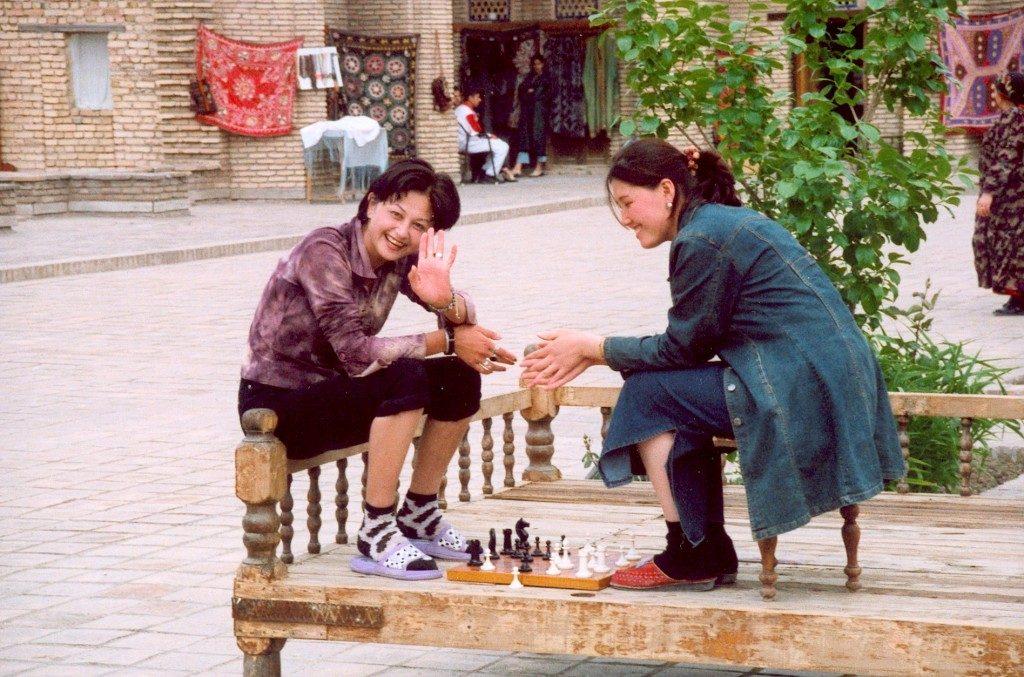Unga kvinnor som spelar schack