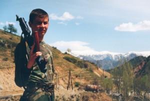 Soldat med automatvapen på axeln