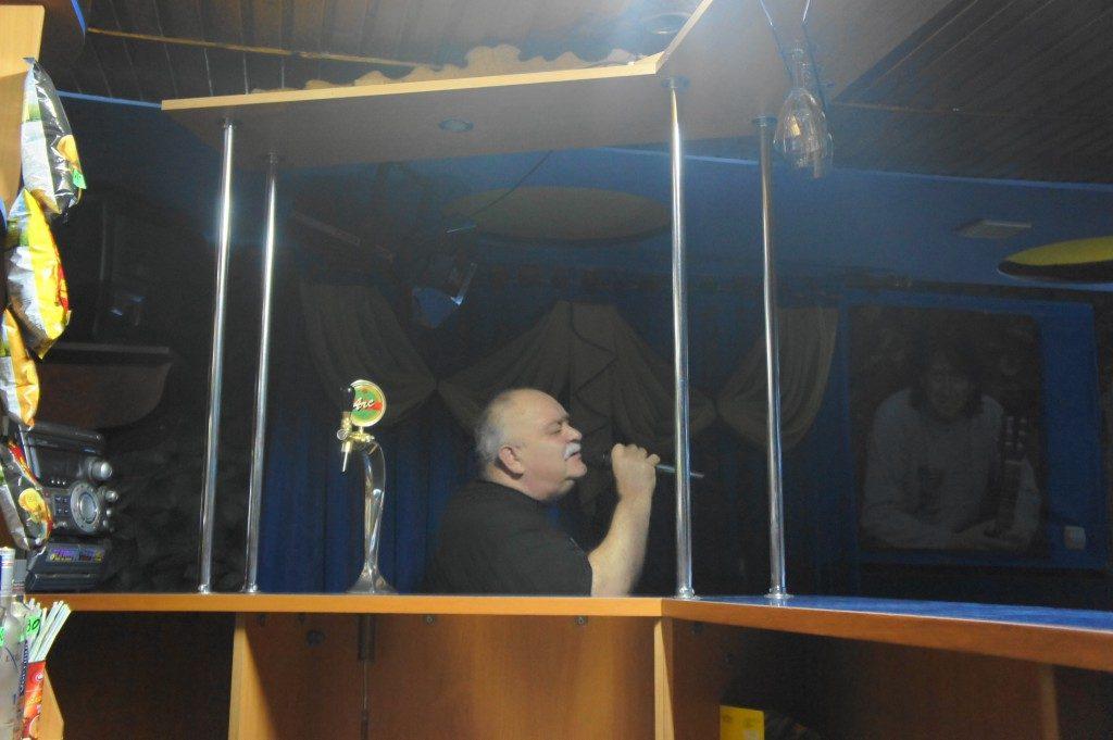 Man vid sångmikrofon