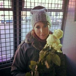 Kvinna med blommor innanför galler