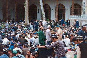 Inför fredagsbönen i Tadzjikistans huvudstad Dusjanbe. Observera att många män bär en svart kalott med fyra vita tupphuvuden. (foto: Torgny Hinnemo)