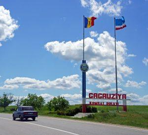 Två flaggstänger med Moldovas och Gagauziens flaggor