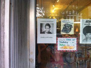 Kafédörr med affischer