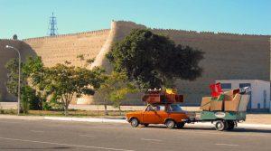 Röd bil framför fästningsmur