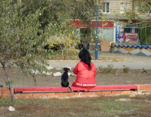 Kvinna bredvid hund