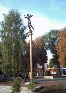 Staty på hög piedestal