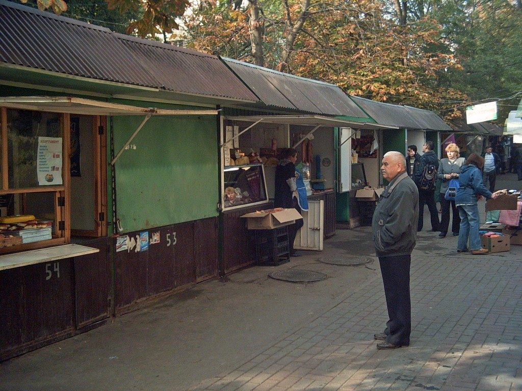 Ensam man framför kiosker