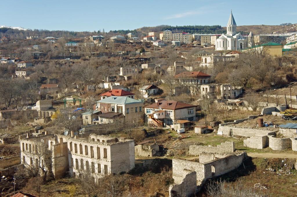 Stadsbebyggelse, delvis i ruiner