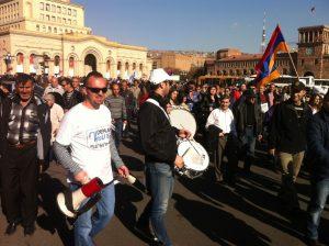 Demonstrationståg med trumslagare