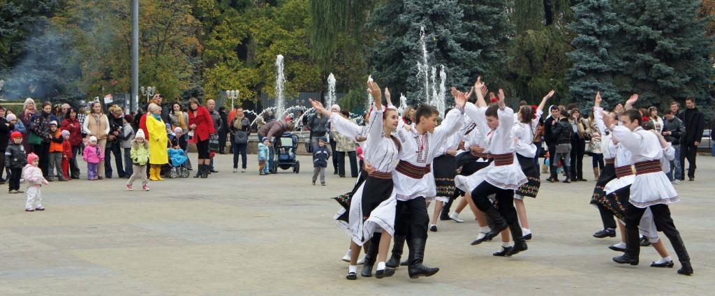 Unga folkdansare på torg