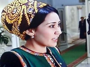 Kvinna iförd turkmenisk schal kring huvudet