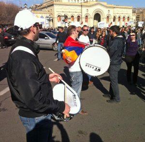 Demonstranter med trumma i centrala Jerevan