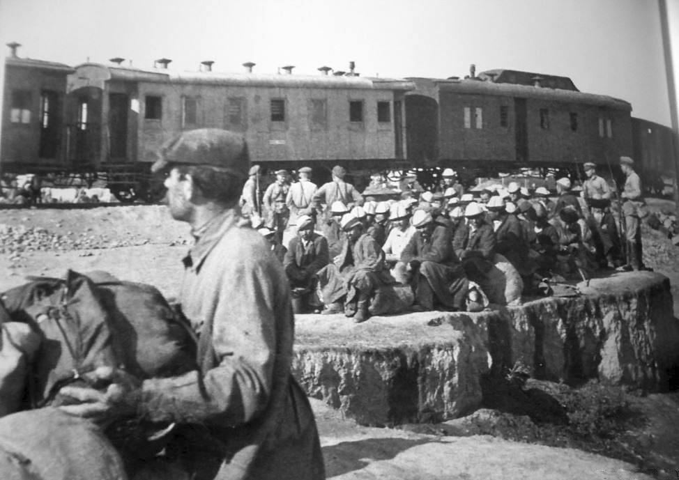 Krigsfångar framför tåg