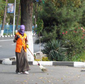Kvinnor städar överallt i Centralasien men auktoritära politiker känner sig förödmjukade om d städar åt andra. (foto: Torgny Hinnemo)