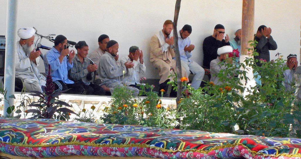 Vallfärder till Sheikh Bahauddin Naqshbandis grav utanför Buchara uppmuntrades tidigare av regimen. Sufismen sågs som en motvikt mot radikalare rörelser inom Islam. Dagens uzbekiska ledare oroas däremot sufisternas ovilja att underkasta sig staten (foto: Torgny Hinnemo)