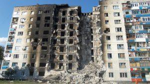Höghus med bomb och brandskador